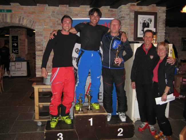 Das Siegerpodest des 1. VÖEH Riesentorlaufs: 1. Platz Werner Menneweger, 2. Platz Karl Schmid, 3. Platz Jürgen Seebacher. Christa Pachler und Franz Böhs vom VÖEH-Vorstand gratulierten herzlich.